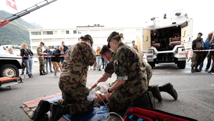 Schweizer Soldatinnen und Soldaten demonstrieren vor der Abreise in den Kosovo im Ausbildungszentrum in Stans ihr Können. (Symbolbild)