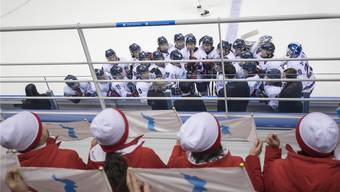 Militärisch gedrillte nordkoreanische Cheerleader beobachten an den Olympischen. Winterspielen in Pyeongchang das Spiel des geeinten Eishockeyteams