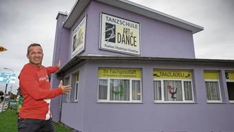 Fitness-Factory-Inhaber Pascal Jörg vor dem Gebäude, in das er mit drei von vier Filialen nächsten März einziehen will.