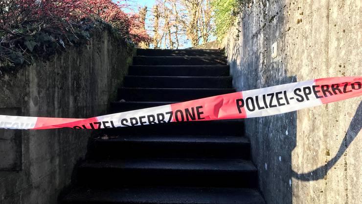 Diese Treppe an der Erlinsbacherstrasse in Aarau wurde abgesperrt, nachdem am Donnerstagabend (17. Januar 2019) eine 66-jährige Frau niedergestochen wurde.
