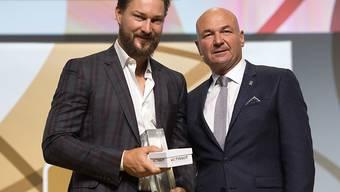 ZSC-Verteidiger Kevin Klein (links) nimmt an den Swiss Ice Hockey Awards in Bern die Auszeichnung zum wertvollsten Spieler (MVP) der letzten Playoffs entgegen