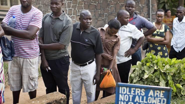 Wähler stehen in der Hauptstadt Kampala Schlange, um am Urnengang teilzunehmen.