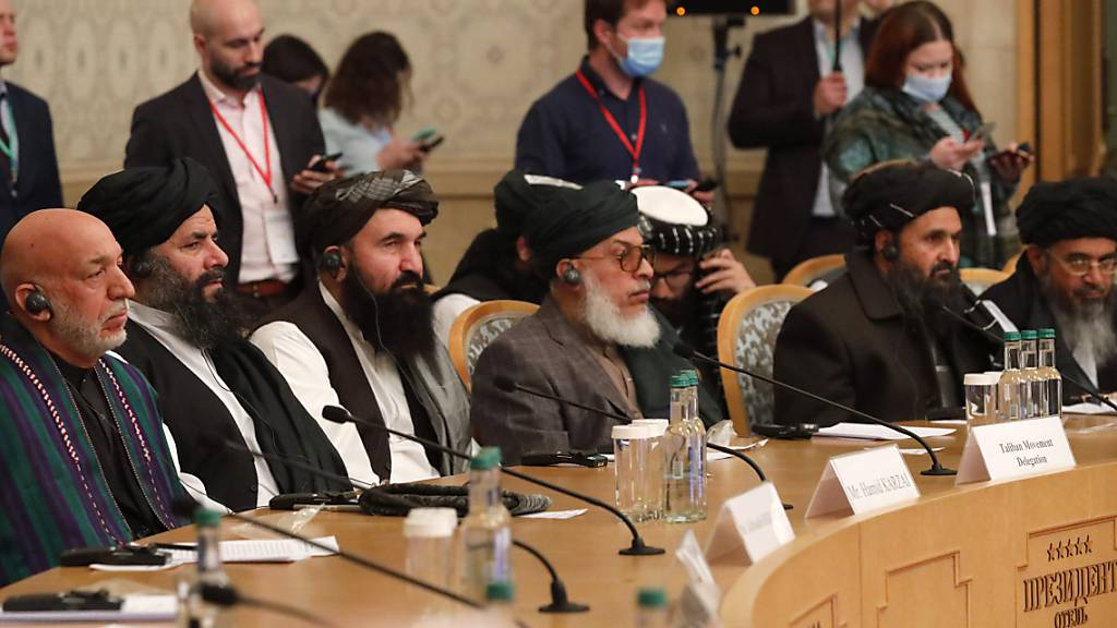 Hamid Karzai (l), ehemaliger Präsident von Afghanistan, und Mullah Abdul Ghani Baradar (2.v.r.), Taliban-Mitbegründer, nehmen an einem internationalen Afghanistan-Treffen teil. Foto: Alexander Zemlianichenko/AP Pool/dpa