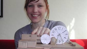 Melanie Gehrig zeigt das Modell der Bühne, die ab dem 1. Juni zu bewundern ist.gku