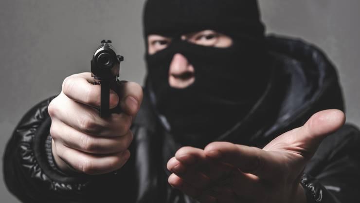 Der Mann überfiel den Tankstellenshop und trug eine schwarze Sturmhaube. (Symbolbild)