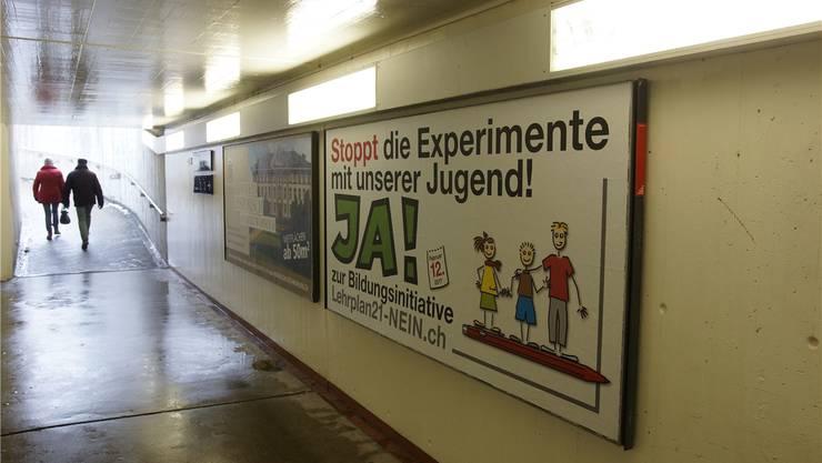 Auch mit Plakaten, hier in der Bahnhofunterführung in Wohlen, erzeugt die «Bildungsinitiative» Aufmerksamkeit und sorgt für eine breite Diskussion über die Aargauer Schule.