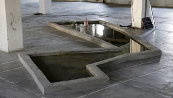Ein speziell für die Performance und den Film gebautes vieleckiges Wasserbecken ist das Zentrum der Arbeit.