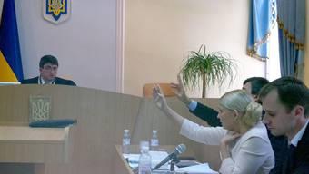 Die umstrittene Oppositionspolitiker Julia Timoschenko wehrt vor Gericht in Kiew (Archiv)