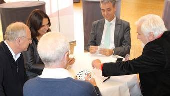 Der Grüne Regierungspräsident Guy Morin jasst mit seinen Parteikollegen. (Am Tisch sitzen Jürg Stöcklin, Elisabeth Ackermann, Co-Präsidentin der Grünen, Guy Morin und Urs Müller)