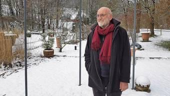 Peter Wenger realisierte die erste Gartengalerie der Schweiz. Hier steht er im Schaugarten inmitten eingeschneiter Kunst.