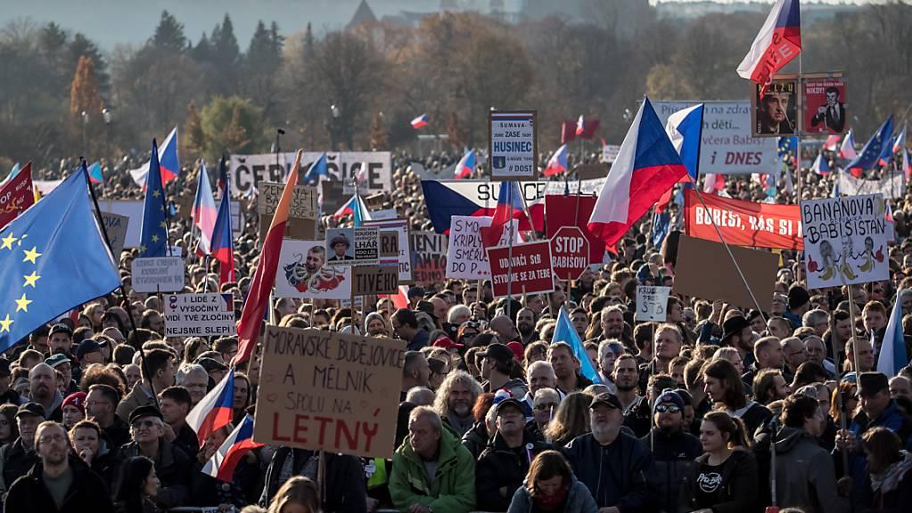 Sehen die Errungenschaften der Samtenen Revolution von 1989 in Gefahr und attackieren Regierungschef Babis als aus ihrer Sicht korrupt und kriminell: die über 200'000 Demonstranten im Letna-Park in Prag.