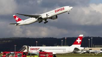Der Gewinn der Swiss hob im ersten Halbjahr 2018 ab: Zwei Flugzeuge der Airline am Flughafen Zürich (Archivbild).