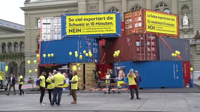 Mit 18 Frachtcontainern gegen die Selbstbestimmungsinitiative