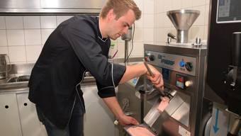 Hanspeter Amsler kümmert sich als Geschäftsführer um die Produktion der Fricktaler Glace. Hier füllt er Erdbeer-Glace in eine Schale ab.