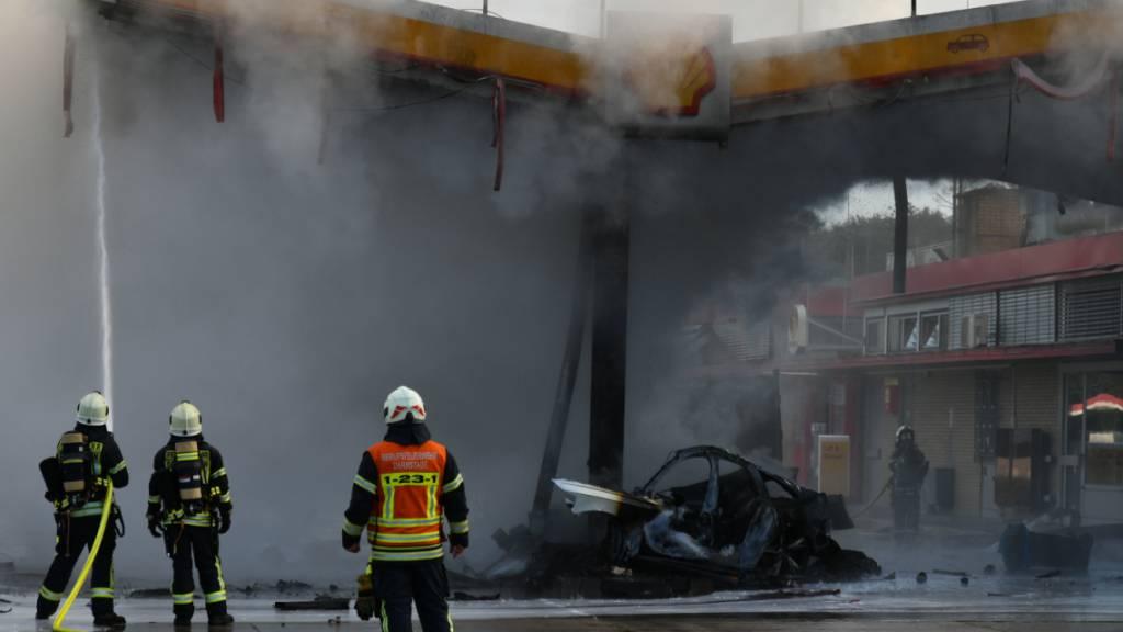 Die Feuerwehr löscht den Brand an der Tankstelle Gräfenhausen-Ost. Ein Fahrzeug ist am Montagmorgen an der deutschen Autobahn 5 von Darmstadt nach Frankfurt in eine Zapfanlage gefahren und in Brand geraten. Mehrere Zapfsäulen hätten Feuer gefangen, berichtete ein Polizeisprecher in Darmstadt. Foto: Skander Essadi/5vision.media/dpa