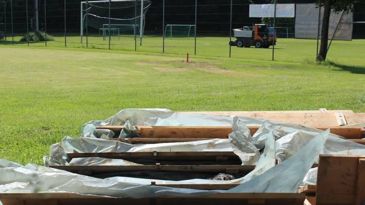 Der Fussballplatz senkt sich wegen der Deponie