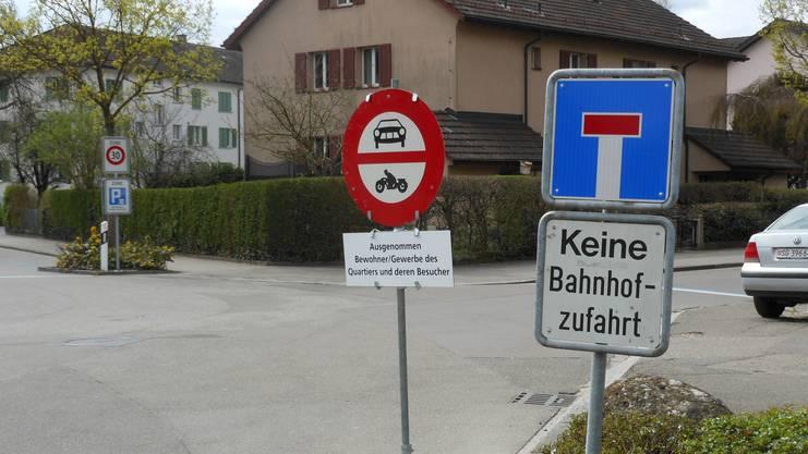Mit dem Schild bei der einzigen Quartierzufahrt wurde zwei Monate lang ein Fahrverbot getestet.