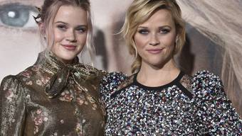 Mutter und Tochter sehen sich so ähnlich, dass manchmal sogar der kleine Bruder verwirrt ist: Schauspielerin Reese Witherspoon (rechts) mit ihrer Tochter Ava Phillippe. (Archivbild)