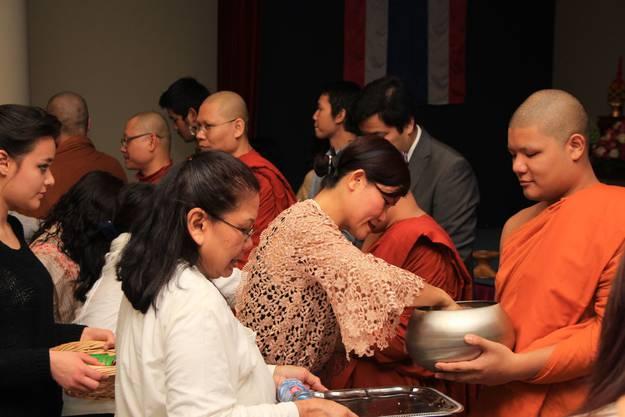Die Besucher übergeben den Mönchen ihre Gaben