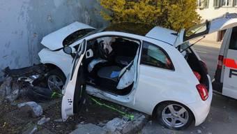 Der Lenker ist beim Unfall in Schübelbach ums Leben gekommen.
