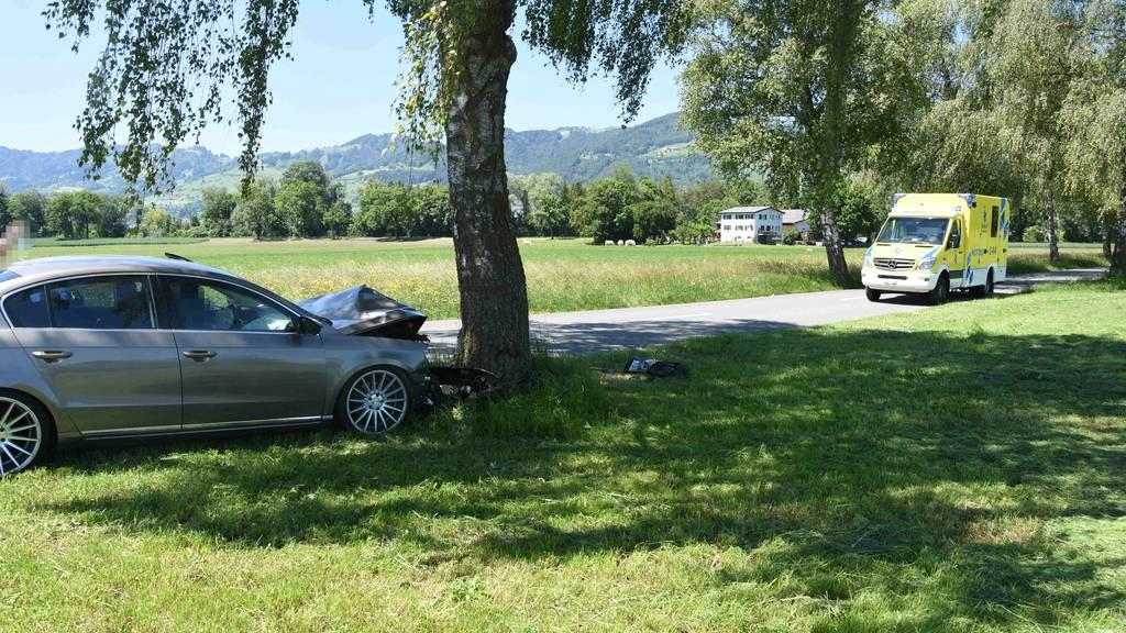 Misslungenes Ausweichmanöver - Auto prallt in Baum