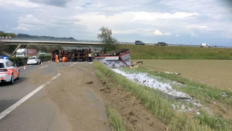 Der Lastwagen blieb nach dem Unfall quer über der Fahrbahn liegen.