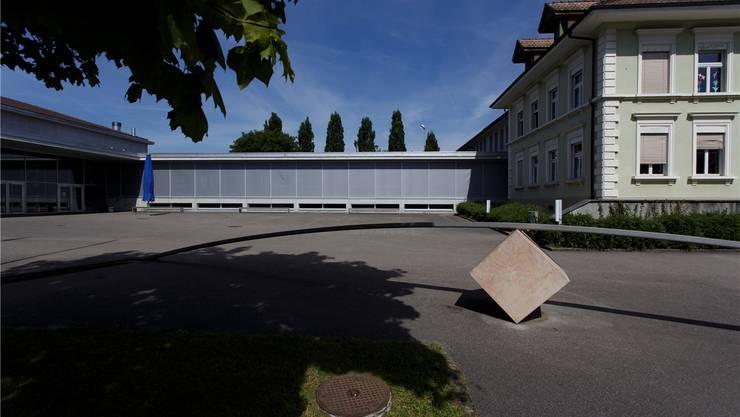 Auf dem Verbindungstrakt könnten neue Schulräume gebaut werden.
