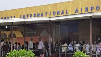Lange Schlangen am Flughafen Monrovia in Liberia (Archivbild)