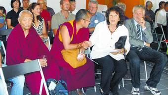 «Mittelpunkt»: Mönche des Tibet Instituts segneten die neue Tagesstätte und begegneten Nationalrätin Bea Heim und Regierungsrat Peter Gomm.