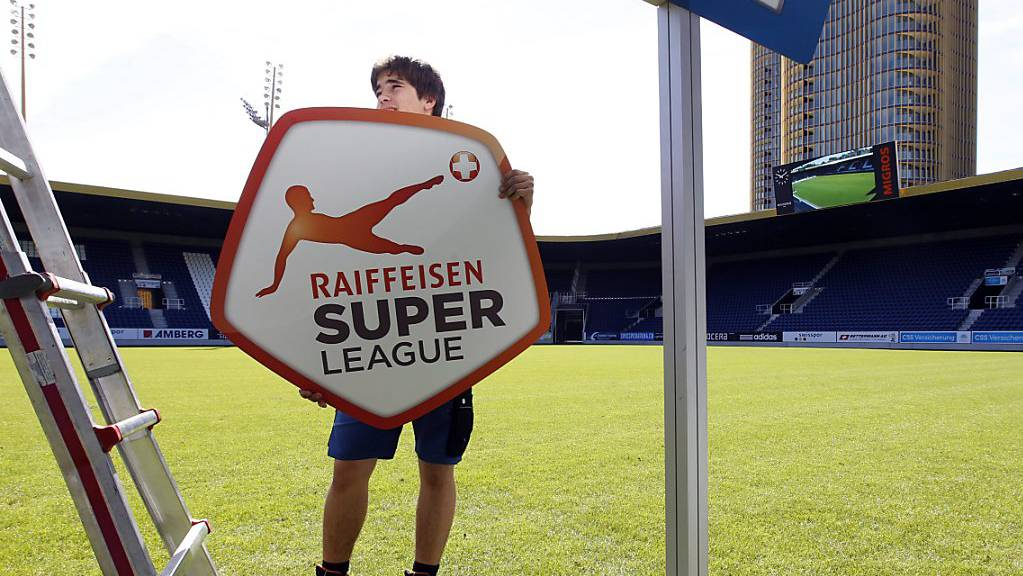 Bald schon werden die Schilder und noch vieles mehr ausgetauscht: Ab der Saison 2021/22 heisst die höchste Spielklasse im Schweizer Fussball «Credit Suisse Super League»