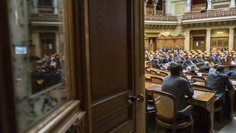 Durch diese Türe kann nicht jeder gehen: Viele Parlamentarier beschreiten am Montag zum ersten Mal den Nationalratssaal.