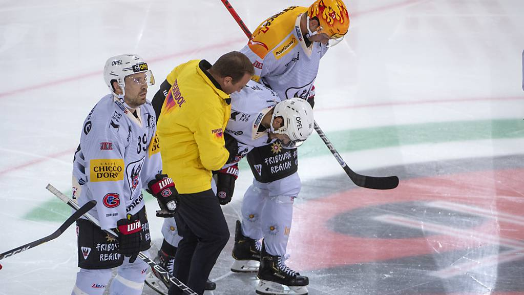 Julien Sprunger wird in seinem 800. Spiel in der höchsten Spielklasse verletzt vom Eis geführt