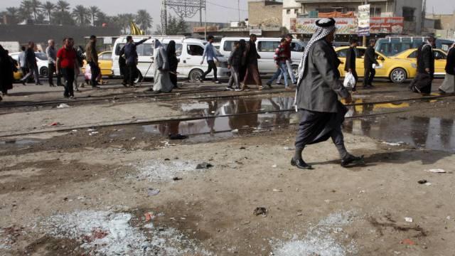 Glassplitter am Ort eines Anschlags in Bagdad