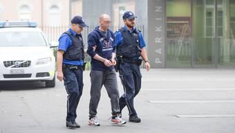 Ein Bild für die Vergangenheit: Zeljko J., als er in Handschnellen zum Prozess vor dem Obergericht geführt wurde.