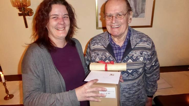 Vereinspräsidentin Karin Fischer gratuliert Werner Neuenschwander zu 30 Jahren Vereinsmitgliedschaft.