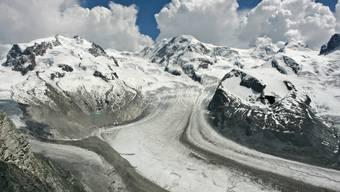 Beim Aufstieg auf den Pollux (Gipfel ganz rechts) kam am Freitag ein 45-jähriger Walliser ums Leben. (Archivbild)