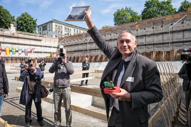 Hans-Peter Wessels füllt die Grundstein-Box.