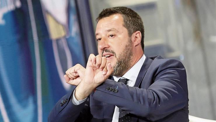 Gekreuzte Hände, scharfe Worte: Matteo Salvini, 46, schlägt aus der Debatte um seine Migrationspolitik politisches Kapital.