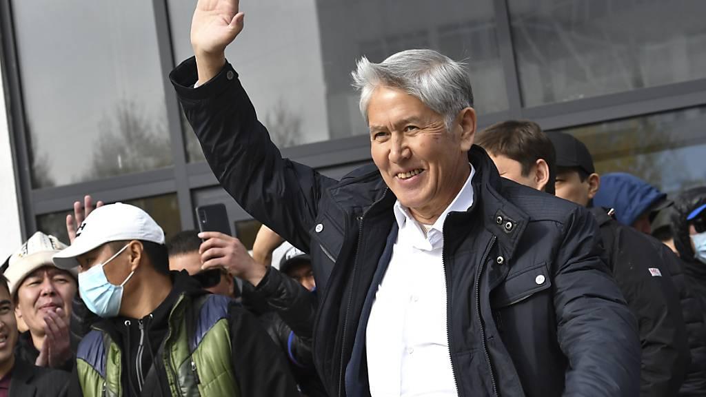 Ex-Präsident Almasbek Atambajew (vorn) winkt seinen Anhängern zu. Nach massiven Protesten gegen die umstrittene Parlamentswahl im zentralasiatischen Kirgistan sind die Menschen dort erneut auf die Straße gegangen. Foto: Vladimir Voronin/AP/dpa