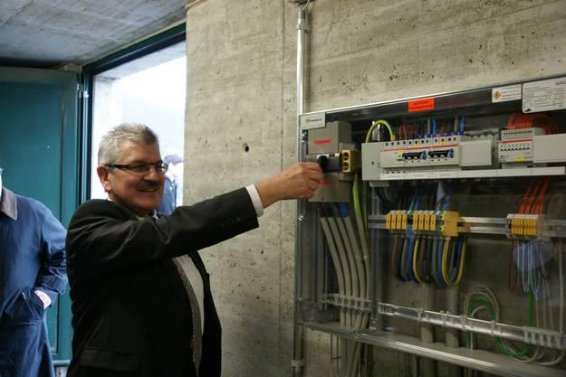 Roland Brogli legt den Schalter um. Inbetriebnahme der Anlage.