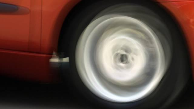 Das Auto rollte bergab und wurde total zerstört (Symbolbild)