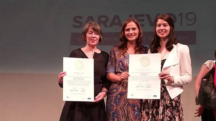 Jacqueline Strauss, Direktorin des Museums für Kommunikation in Bern (links), und Alessandra Lochmatter und Janique Gattlen vom World Nature Forum in Naters VS nehmen die Auszeichnungen für die Schweiz entgegen.