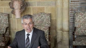 Staatsrat Claude Nicati äussert sich vor Medienvertretern