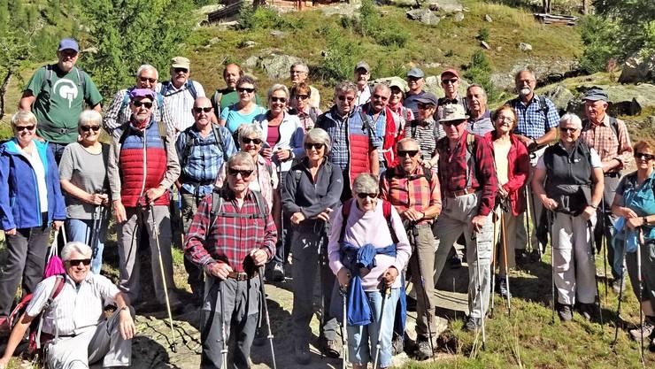 Das Bild zeigt die Wandergruppe der Seniorenvereinigung Gunzgen anlässlich der Wanderung ins hintere Lötschental. Standort: in der Nähe des Weilers Gletswcherstafel in der Nähe der Fafleralp