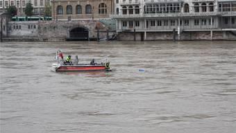 In einem Boot der Berufsfeuerwehr nähern sich drei Retter einem Mann, der im Rhein treibt. Das Bild stammt von einer Übung im letzten Jahr. Allzu oft sind die Einsätze aber bitterer Ernst.