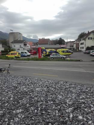 Ambulanzen und Helikopter vor dem Denner in der Nähe des Wohnhauses.