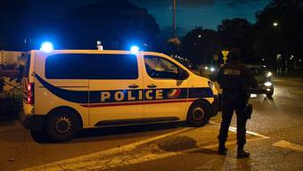 Polizisten ermitteln am Tatort nahe Paris. Foto: Abdulmonam Eassa/AFP/dpa