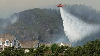 Ein Löschhelikopter beim Einsatz gegen das Buschfeuer bei Fort Collins im US-Bundesstaat Colorado