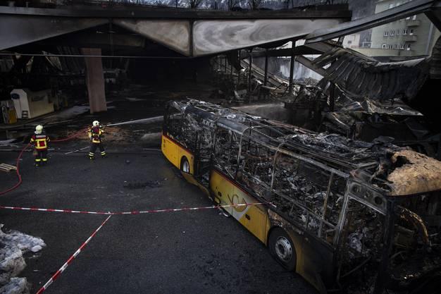 Chur GR, 16. Januar: Bei einem Grossbrand in einer Postauto-Garage sind rund 20 Postautos beschädigt worden. Dank Ersatzfahrzeugen aus der Region kann der Betrieb der Postautolinien gewährleistet werden.