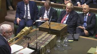 Zustimmung zu Johnsons Neuwahlgesetz: Labour-Chef Jeremy Corbyn richtet sich im Unterhaus in London an Regierungschef Boris Johnson.